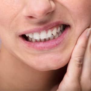 Yogaübungen gegen Probleme durch Zähneknirschen